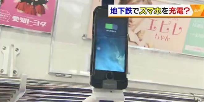舉頭玩手機!日本車廂扶手吊環變充電器